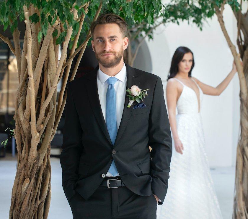 caca0311868e ... čierny oblek je perfektný na tradičné svadby v kostoloch či  historických priestoroch. Jeho veľkou výhodou je