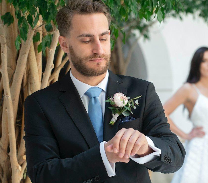 0e9ab63aa017 ... čierny oblek je perfektný na tradičné svadby v kostoloch či  historických priestoroch. Jeho veľkou výhodou je